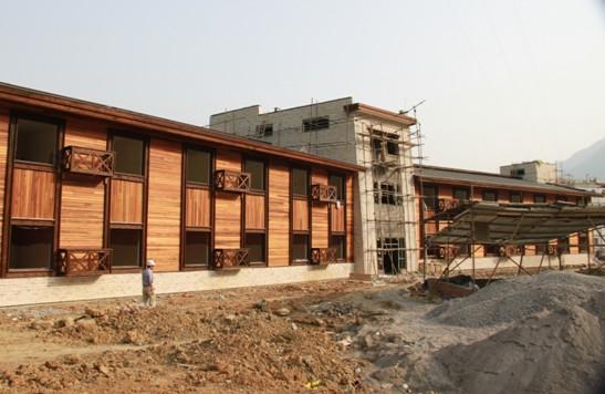 现代轻型木结构建筑抗震的原因在于以下四大特点:    1.