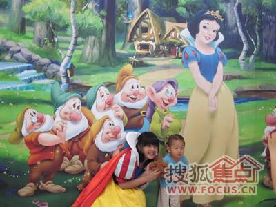 白雪公主在和小朋友互动
