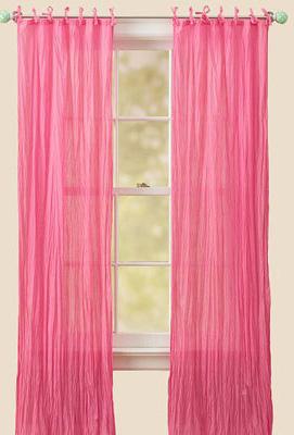 然后在窗帘杆上绑上粉红色的小丝带,一如女孩头上漂亮的蝴蝶结.