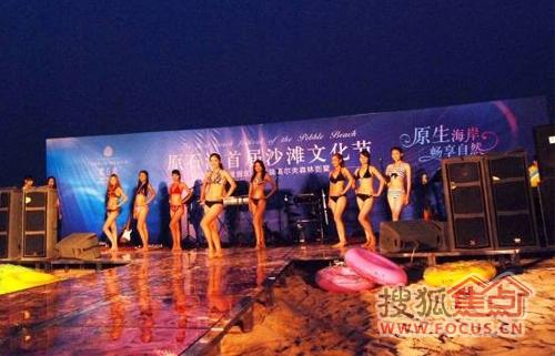 比基尼闪耀派对原生海岸原女人石滩节热辣开场光着的性感身子沙滩图片