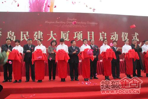 来自北京,青岛的著名艺术家也各自表演了精彩节目,午宴在一片祥和热情