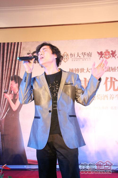 中国达人秀著名歌手杨东煜献唱图片