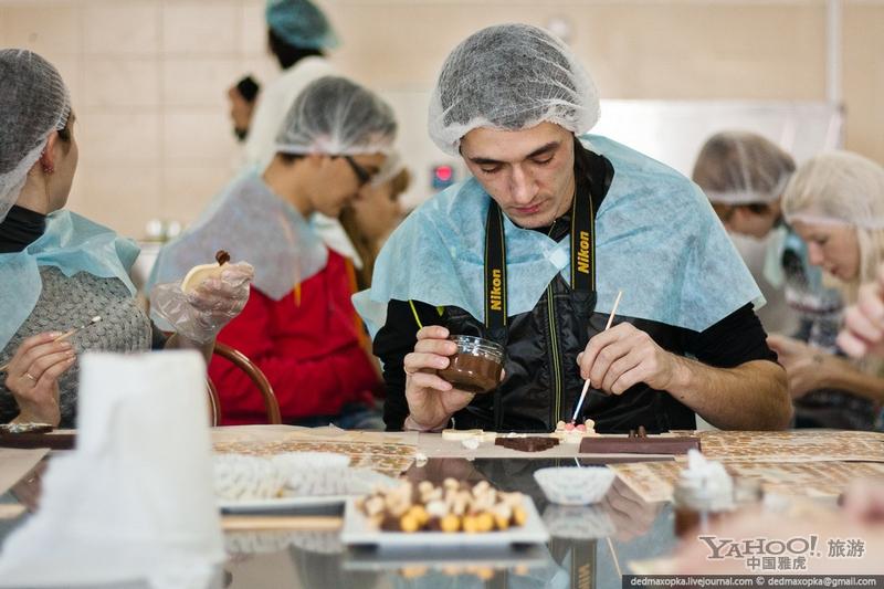揭秘美味巧克力制作过程#游客和记者亲自动手学做巧克力糖果