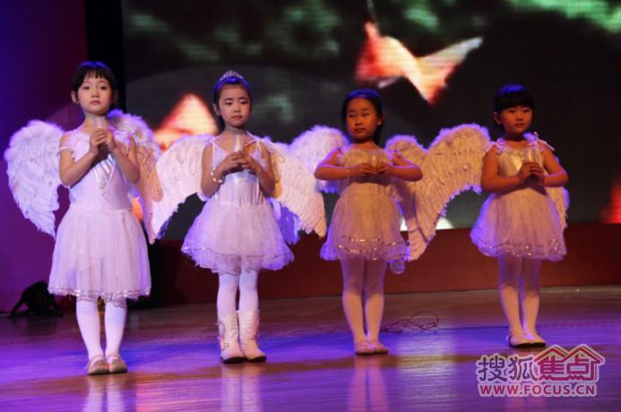 可爱的小天使们手捧蜡烛