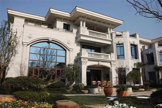 碧桂园·欧洲城的超豪别墅外立面采用干挂石材,雕花精致,大气庄重图片