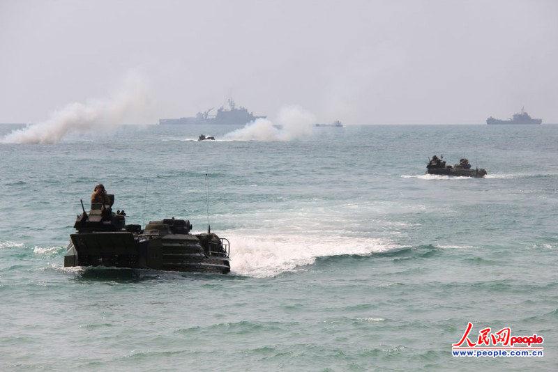 美國海軍陸戰隊兩棲突擊戰車向海灘沖擊.