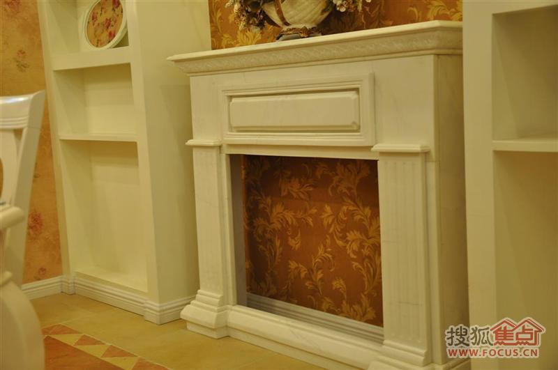 壁炉上面还可以摆上饰品类点缀居室.