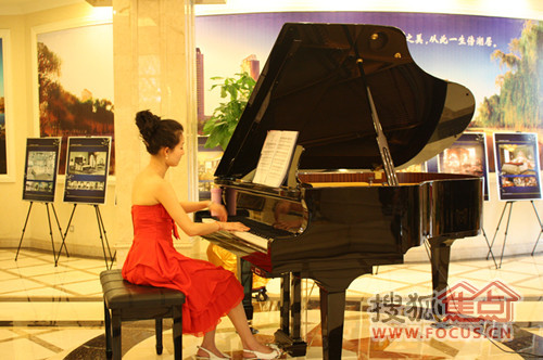 万达公馆 弹钢琴美女