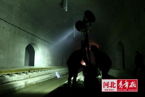 每隔20米就有一个流动灯车用于照明(图片来源:河北青年报)