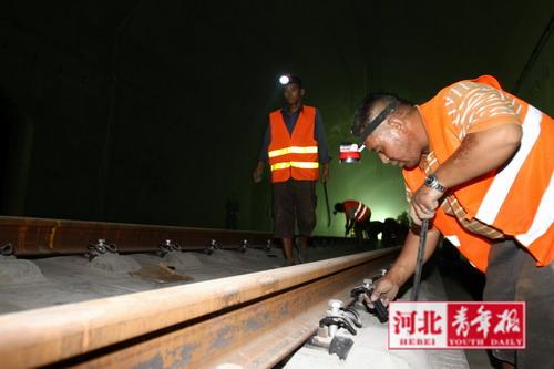 调整固定铁轨卡座的位置,零误差才能更平稳(图片来源:河北青年报)