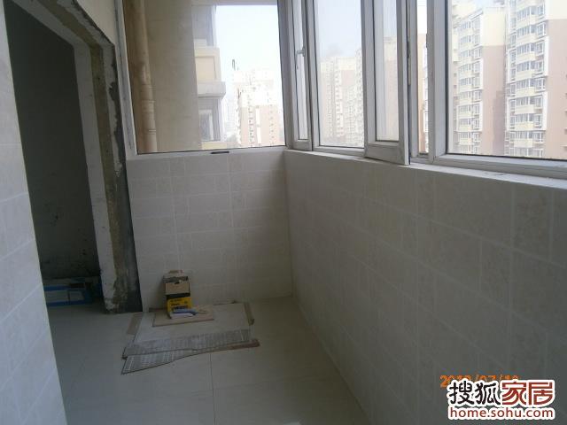 白色,地砖颜色没有拍出来;   进门左手边厨房过门石,大地砖是高清图片