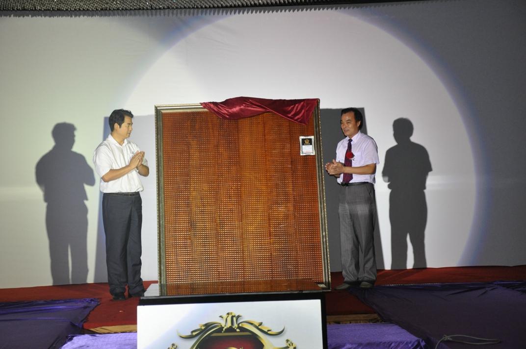 中国林产工业协会会长王满与永吉木业董事长胡志庆共同为三维地板揭幕