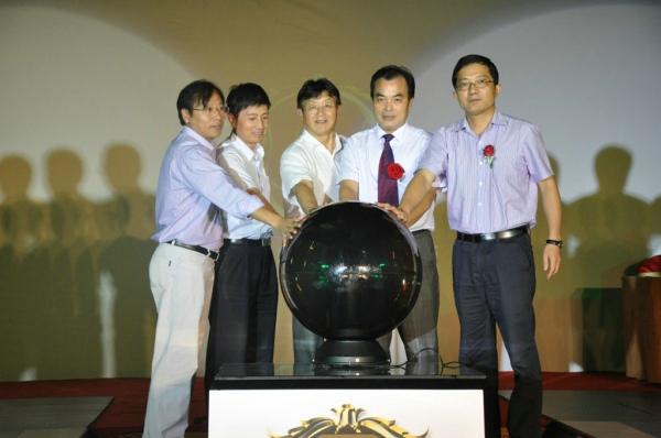 领导上台共同启动水晶球 三维地板正式问世