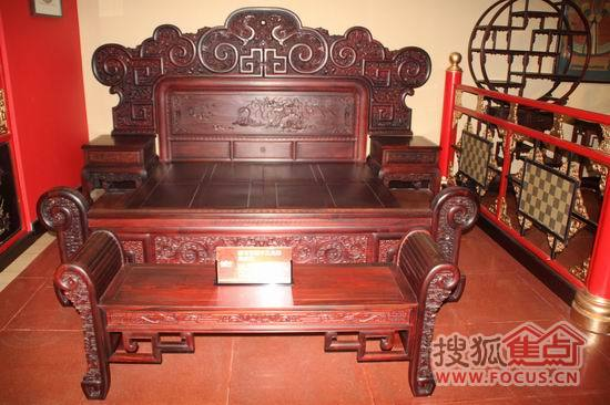 床头雕刻的龙凤呈祥,鸳鸯戏水,同心结无不显现出这款精雕百福千工大床
