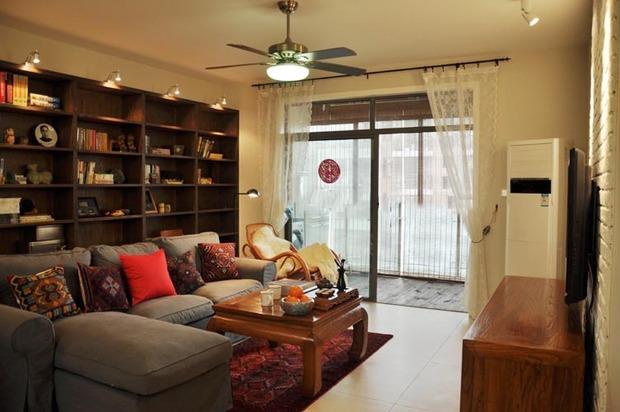 客厅是很大的书柜做的背景墙,很有书香气息图片
