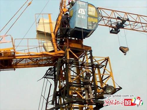 导致塔吊驾驶员受伤无法下来,施工楼体共27层,塔吊驾驶室高约90余米.