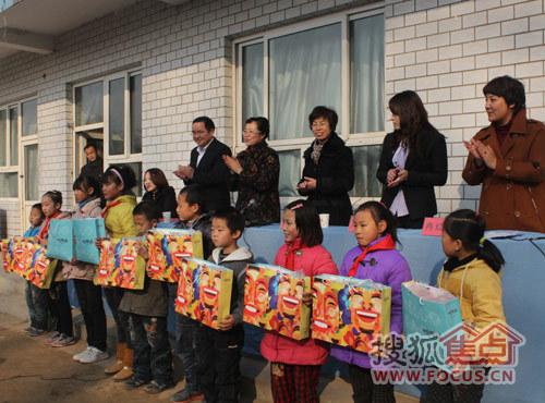 小学生接受捐助