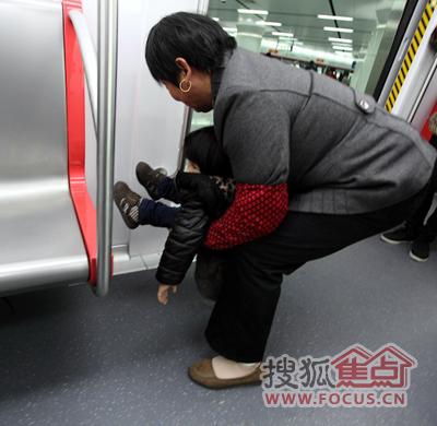 杭州地铁免费试乘曝不文明现象