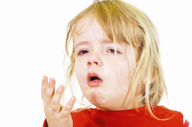 小朋友打喷嚏流鼻涕_孩子感冒发烧流鼻子打喷嚏吃什么药