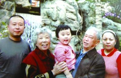 几年前拍的全家福里,三代五口人尽显温馨和睦. -老两口与儿子 争住