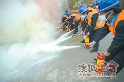 应急演练中,工地人员正在灭火