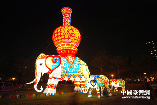 在台中市文心森林公园灯会现场展出的主景彩灯《吉祥平安》大型象形