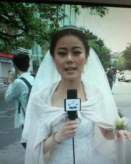 雅安记者穿婚纱_雅安电视台女记者穿婚纱报道地震