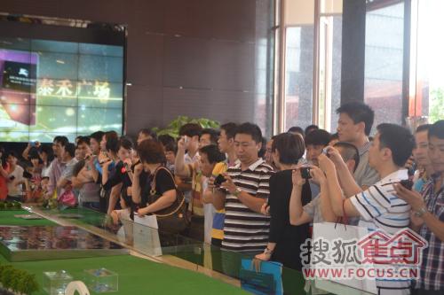 人群围观沙盘
