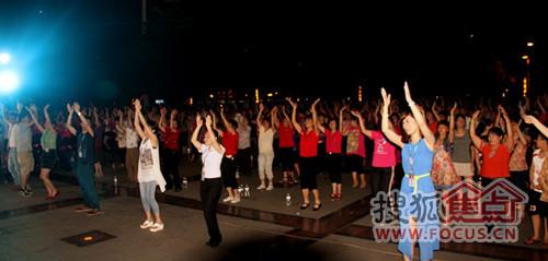 现场互动千人群舞-永春碧桂园掀全民健身热潮 千人参与盛况空前图片