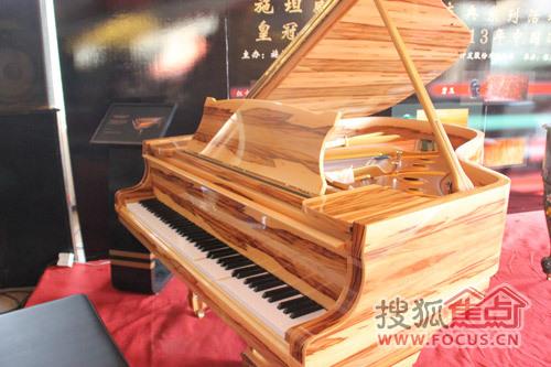并用手中的手机和孔雀石钢琴现场演示了自动演奏系统.图片