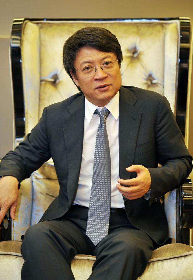图为融创中国董事长孙宏斌正在接受采访