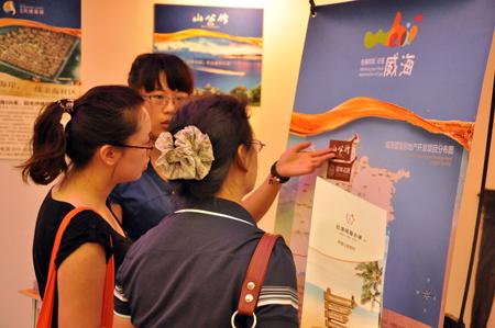 图为:北京市民现场咨询楼盘情况