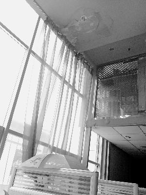 外边大雨楼内小雨 保定容大商务中心房顶漏水严重