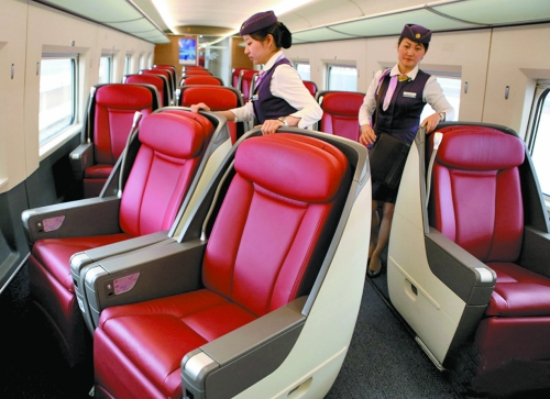 高铁商务座车厢乘务员调整座椅方向(资料图片)