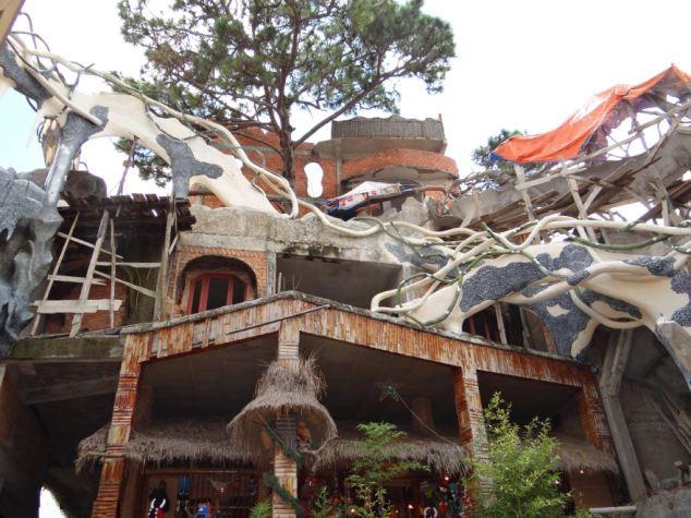 """越南女设计师建""""疯狂房子"""" 竟变旅游热门景点"""