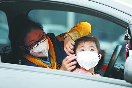 10月28日,石家庄一位家长为孩子戴上口罩