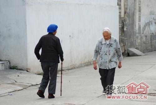 大理古城街头随处可见悠闲散步的老人