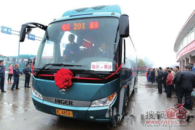 公交车驶出尧庙汽车站-临汾市 襄汾 201路城际公交车正式通车运营高清图片