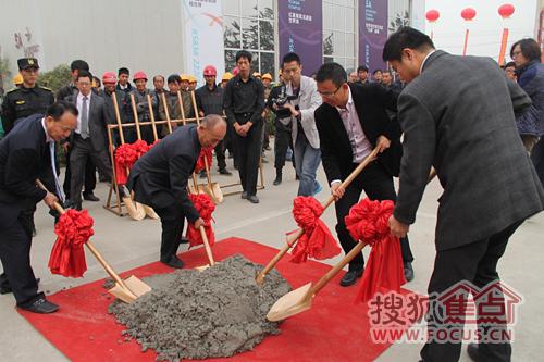 各级领导共同填上最后一桶水泥