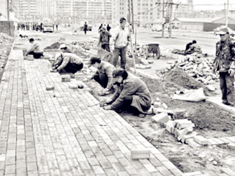 人行道上铺设人行道地砖.   据了解,雁园路(t606#路)8月23日高清图片