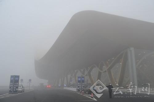 大雾天气,受此影响,各航空公司飞机大部分不能返回机