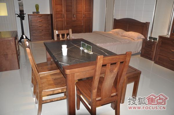承载了很多的欢乐,这款餐桌,一桌四椅+条凳的搭配,让这个搭配也有一些