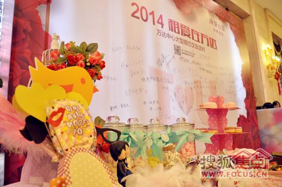 活动现场的精致的节庆布置与留言板图片
