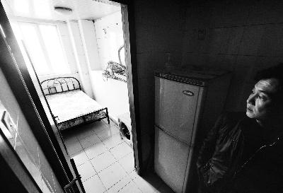 这个由厨房改成的卧室非常狭小,只能放得下一张床