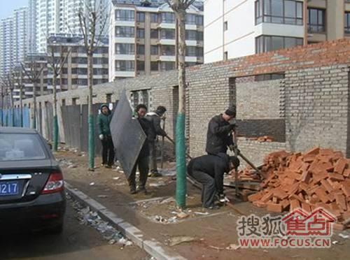 秦皇岛西白塔岭村返迁房文坛路东侧违法建筑被强制拆除