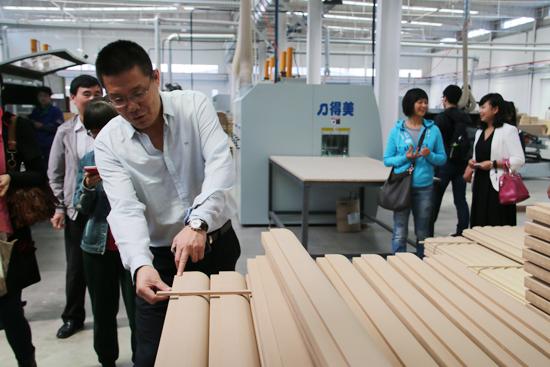 霍尔茨木门总经理赵崇联在向大家介绍产品