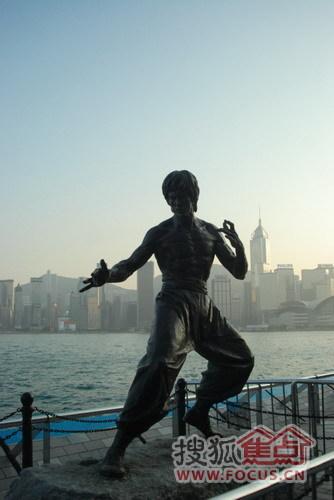位于香港维多利亚港海边星光大道上的李小龙雕像