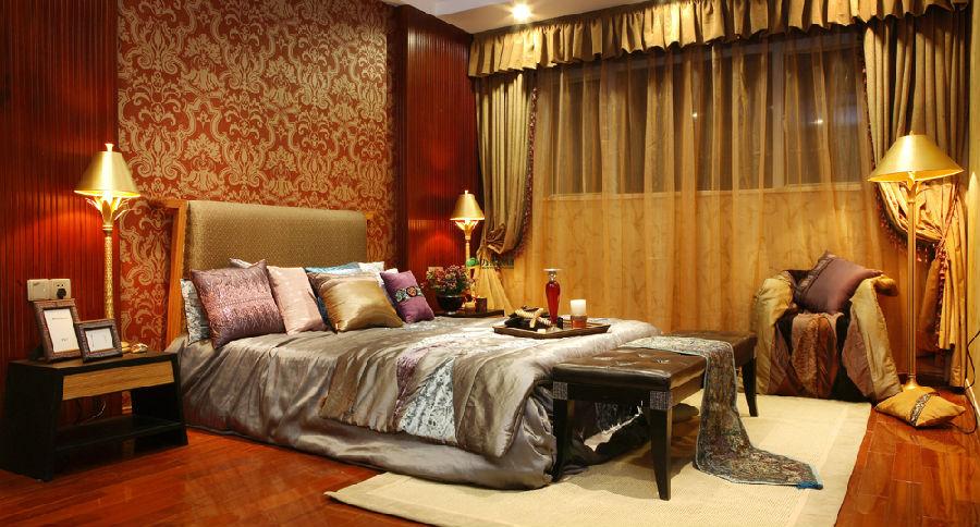 延伸到卧室,依旧以主体背景墙为首选,背景墙边款采用精致的红木构成