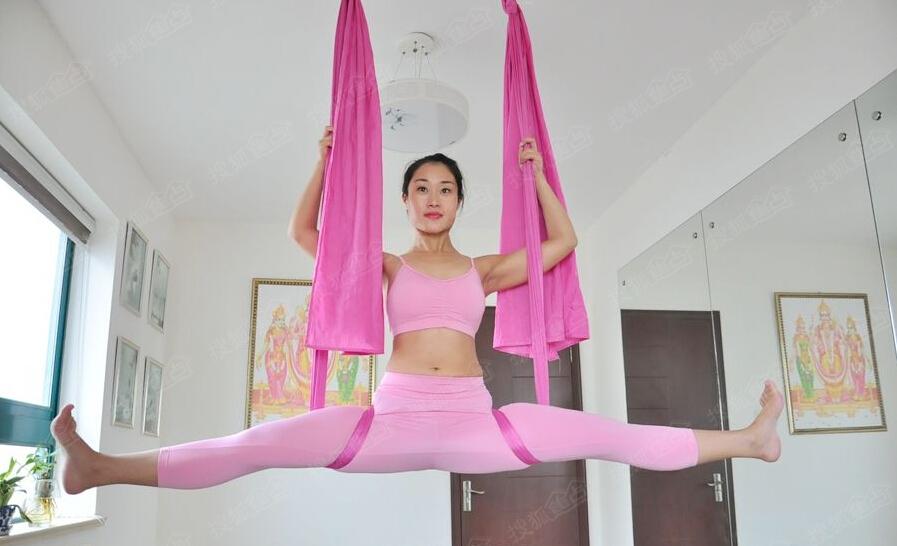 青岛兴起空中瑜伽 白领美女挑战高难度