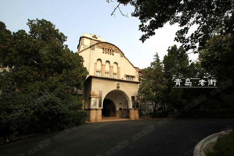 """在坚持""""兼容并包""""""""教授治校""""的办学思想下 ,山东大学在青岛迎来了第一"""